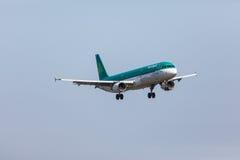 FARO, PORTUGAL - Juny 18, 2017: Aterrizaje del avión de los vuelos de Aer Lingus en el aeropuerto internacional de Faro Foto de archivo
