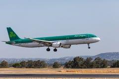 FARO, PORTUGAL - Juny 18, 2017: Aterrizaje del avión de los vuelos de Aer Lingus en el aeropuerto internacional de Faro Fotografía de archivo libre de regalías