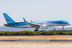 FARO, PORTUGAL - Juny 18, 2017 : Atterrissage d'avion de Tui Flights sur l'aéroport international de Faro Photo libre de droits