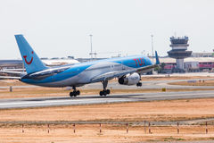 FARO, PORTUGAL - Juny 18, 2017 : Atterrissage d'avion de Tui Flights sur l'aéroport international de Faro Photos libres de droits