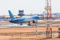 FARO, PORTUGAL - Juny 18, 2017 : Atterrissage d'avion de Tui Flights sur l'aéroport international de Faro Photos stock