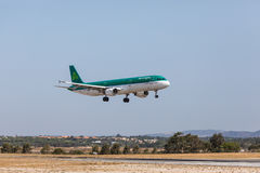 FARO, PORTUGAL - Juny 18, 2017 : Atterrissage d'avion de vols d'Aer Lingus sur l'aéroport international de Faro Photos libres de droits