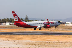 FARO, PORTUGAL - Juny 18, 2017 : Atterrissage d'avion de vols d'Airberlin sur l'aéroport international de Faro Images stock