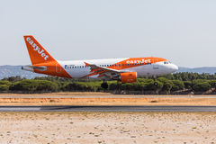 FARO, PORTUGAL - Juny 18, 2017 : atterrissage d'avion de vols d'easyJet sur l'aéroport international de Faro Images libres de droits