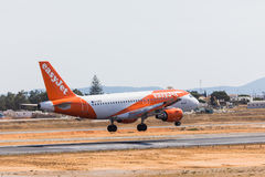 FARO, PORTUGAL - Juny 18, 2017 : atterrissage d'avion de vols d'easyJet sur l'aéroport international de Faro Photos libres de droits
