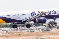 FARO, PORTUGAL - Juny 18, 2017 : Atterrissage d'avion de vols de monarque sur l'aéroport international de Faro Le monarque est un Photographie stock libre de droits