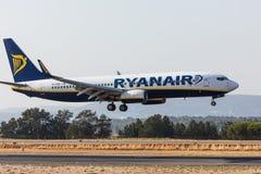 FARO, PORTUGAL - Juny 18, 2017 : Atterrissage d'avion de vols de Ryanair sur l'aéroport international de Faro Photo libre de droits
