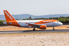 FARO, PORTUGAL - Juny 18, 2017 : départ d'avion de vols d'easyJet à l'aéroport international de Faro Photos stock