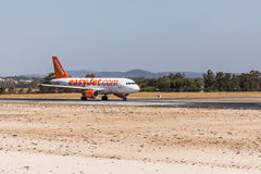 FARO, PORTUGAL - Juny 18, 2017 : départ d'avion de vols d'easyJet à l'aéroport international de Faro Photographie stock libre de droits