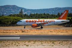 FARO, PORTUGAL - Juny 30, 2017: easyJet Flug-Flugzeugabfahrt von internationalem Flughafen Faros flughafen Stockbild