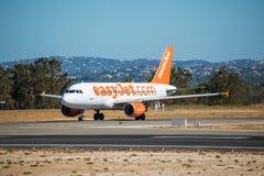 FARO, PORTUGAL - Juny 30, 2017: easyJet Flug-Flugzeugabfahrt von internationalem Flughafen Faros flughafen Lizenzfreie Stockfotos
