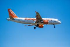 FARO, PORTUGAL - Juny 30, 2017: Easyjet-Flug-Flugzeuglandung auf internationalem Flughafen Faros Lizenzfreies Stockfoto
