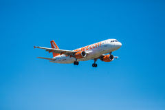 FARO, PORTUGAL - Juny 30, 2017: Easyjet-Flug-Flugzeuglandung auf internationalem Flughafen Faros Lizenzfreies Stockbild