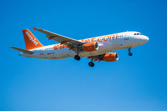 FARO, PORTUGAL - Juny 30, 2017: Easyjet-Flug-Flugzeuglandung auf internationalem Flughafen Faros Lizenzfreie Stockfotos