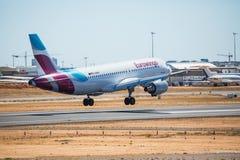 FARO, PORTUGAL - Juny 30, 2017: Eurowings-Flugflugzeuglandung auf internationalem Flughafen Faros Lizenzfreie Stockfotos