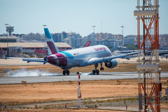 FARO, PORTUGAL - Juny 30, 2017: Eurowings-Flugflugzeuglandung auf internationalem Flughafen Faros Lizenzfreies Stockbild