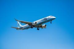 FARO, PORTUGAL - Juny 30, 2017: Flybe-Flugflugzeuglandung auf internationalem Flughafen Faros Stockfoto
