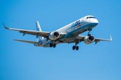 FARO, PORTUGAL - Juny 30, 2017: Flybe-Flugflugzeuglandung auf internationalem Flughafen Faros Lizenzfreie Stockfotos