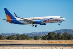 FARO, PORTUGAL - Juny 30, 2017: Jet2holidays-Flug-Flugzeuglandung auf internationalem Flughafen Faros Stockfotos