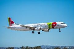 FARO, PORTUGAL - Juny 30, 2017: Klopfen Sie Portugal-Flugflugzeuglandung auf internationalem Flughafen Faros Lizenzfreies Stockbild