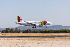 FARO PORTUGAL - Juny 18, 2017: KNACKA LÄTT PÅ landning för det Portugal flygflygplanet på Faro den internationella flygplatsen arkivbilder