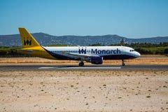 FARO, PORTUGAL - Juny 30, 2017: Monarch-Flugflugzeugabfahrt von internationalem Flughafen Faros Monarch ist eine britische Flugli Lizenzfreie Stockbilder