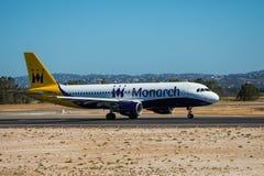 FARO, PORTUGAL - Juny 30, 2017: Monarch-Flugflugzeugabfahrt von internationalem Flughafen Faros Monarch ist eine britische Flugli Stockbilder