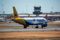 FARO, PORTUGAL - Juny 30, 2017: Monarch-Flugflugzeugabfahrt von internationalem Flughafen Faros Monarch ist eine britische Flugli Lizenzfreies Stockbild