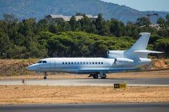 FARO, PORTUGAL - Juny 30, 2017: Partida do avião dos voos charter do aeroporto internacional de Faro foto de stock