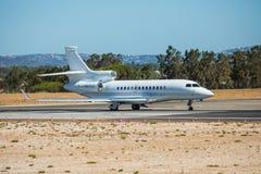 FARO, PORTUGAL - Juny 30, 2017: Partida do avião dos voos charter do aeroporto internacional de Faro imagens de stock