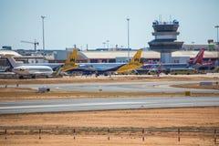 FARO, PORTUGAL - Juny 30, 2017 Faro-Rollbahn und Flughafen Flughafen Stockfotografie