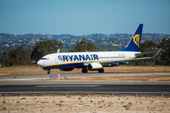 FARO, PORTUGAL - Juny 30, 2017: Ryanair-Flugflugzeugabfahrt von internationalem Flughafen Faros Lizenzfreie Stockfotografie