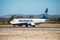 FARO, PORTUGAL - Juny 30, 2017: Ryanair-Flugflugzeugabfahrt von internationalem Flughafen Faros Lizenzfreie Stockfotos