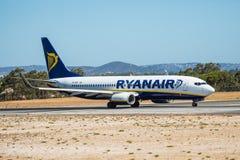 FARO, PORTUGAL - Juny 30, 2017: Ryanair-Flugflugzeugabfahrt von internationalem Flughafen Faros Lizenzfreie Stockbilder