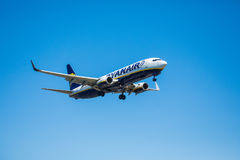 FARO, PORTUGAL - Juny 30, 2017: Ryanair-Flugflugzeuglandung auf internationalem Flughafen Faros Stockfoto