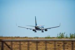 FARO, PORTUGAL - Juny 30, 2017: Ryanair-Flugflugzeuglandung auf internationalem Flughafen Faros Lizenzfreie Stockfotografie
