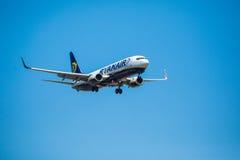 FARO, PORTUGAL - Juny 30, 2017: Ryanair-Flugflugzeuglandung auf internationalem Flughafen Faros Lizenzfreie Stockfotos