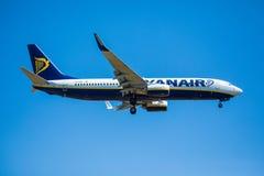 FARO, PORTUGAL - Juny 30, 2017: Ryanair-Flugflugzeuglandung auf internationalem Flughafen Faros Stockfotos