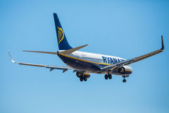 FARO, PORTUGAL - Juny 30, 2017: Ryanair-Flugflugzeuglandung auf internationalem Flughafen Faros Lizenzfreies Stockbild