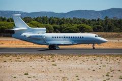 FARO, PORTUGAL - Juny 30, 2017: Salida del avión de los vuelos chárteres del aeropuerto internacional de Faro Imagen de archivo libre de regalías