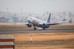 FARO, PORTUGAL - Juny 24, 2017: Salida del avión de los vuelos de Jet2holidays del aeropuerto internacional de Faro Imagen de archivo libre de regalías