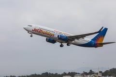 FARO, PORTUGAL - Juny 24, 2017: Salida del avión de los vuelos de Jet2holidays del aeropuerto internacional de Faro Imágenes de archivo libres de regalías