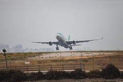 FARO, PORTUGAL - Juny 24, 2017: Salida del avión de los vuelos del aeropuerto internacional de Faro Foto de archivo