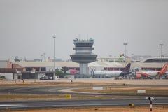 FARO, PORTUGAL - Juny 24, 2017: Salida del avión de los vuelos del aeropuerto internacional de Faro Foto de archivo libre de regalías