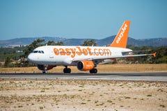 FARO, PORTUGAL - Juny 30, 2017: salida del avión de los vuelos del easyJet del aeropuerto internacional de Faro Imagen de archivo libre de regalías