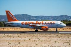 FARO, PORTUGAL - Juny 30, 2017: salida del avión de los vuelos del easyJet del aeropuerto internacional de Faro Foto de archivo