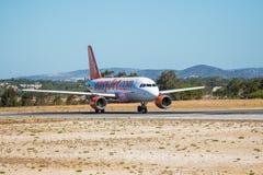 FARO, PORTUGAL - Juny 30, 2017: salida del avión de los vuelos del easyJet del aeropuerto internacional de Faro Fotos de archivo