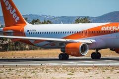 FARO, PORTUGAL - Juny 30, 2017: salida del avión de los vuelos del easyJet del aeropuerto internacional de Faro Fotografía de archivo