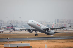 FARO, PORTUGAL - Juny 24, 2017: salida del avión de los vuelos jet2 del aeropuerto internacional de Faro Foto de archivo