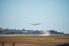 FARO, PORTUGAL - Juny 30, 2017: Salida del avión de los vuelos del monarca del aeropuerto internacional de Faro El monarca es una Foto de archivo libre de regalías